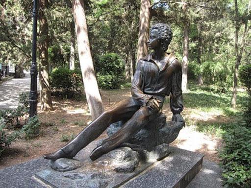 Памятник Пушкину в санатории Пушкино в Гурзуфе