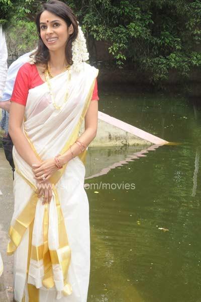 Mallika Sherawat In Kerala Dress-4560