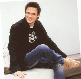 Male Beauty Exposed: British Singer Gareth Gates Barefoot