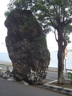 batu besar ditengah jalan protocol