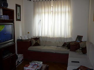 Sala com sofá de alvernaria