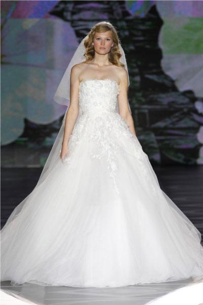 8ebb1a6f9 El vestido sin mangas combina en forma delicada con el velo corto el cual  posee aplicaciones de mariposas
