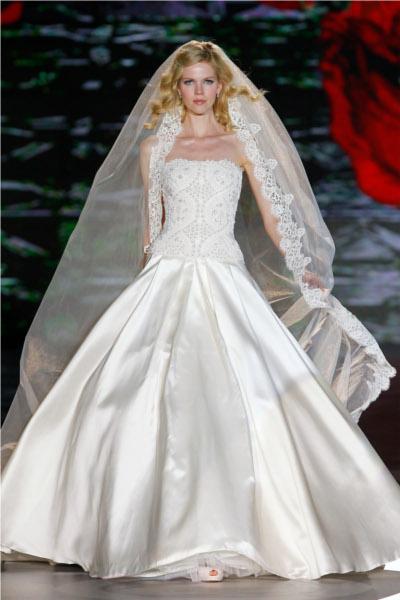 34cbd72a1 Vestido de novia peculiar ya que combina lo estrecho y ceñido al cuerpo con  la aplicación de una cola de gran volumen. El vestido sin mangas combina en  ...