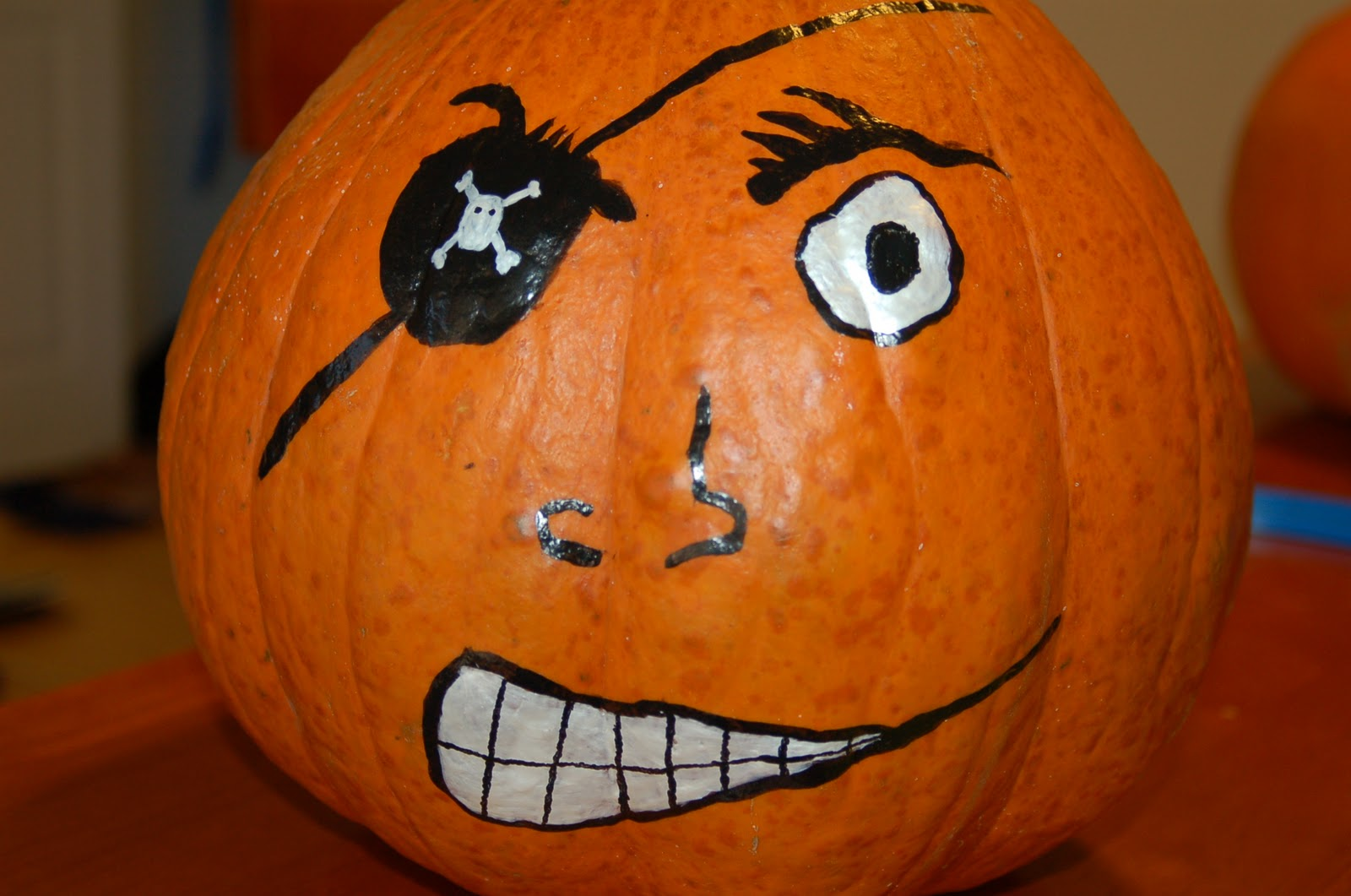 easy pirate pumpkin for kid 39 s halloween project. Black Bedroom Furniture Sets. Home Design Ideas