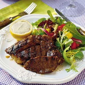 MENU: Citronmarineret steaks med pasta og bønnesalsa